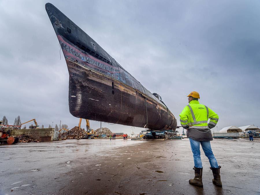 Onderzeeboot Foxtrot succesvol op de kade gezet