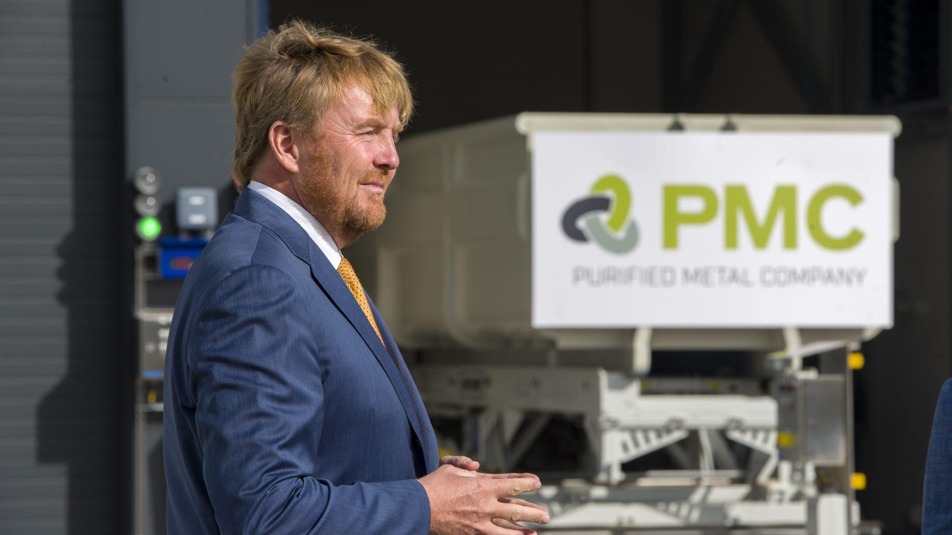 Koning Willem-Alexander opent eerste recyclingsfabriek voor vervuild staal in Delfzijl
